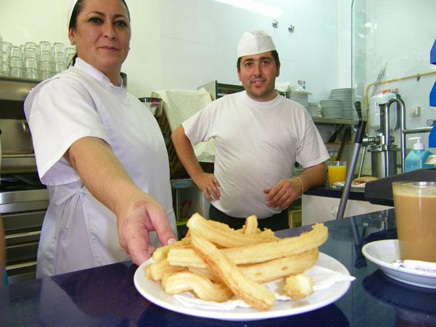 Una ración de churros acabada de hacer en la Churrería Triana