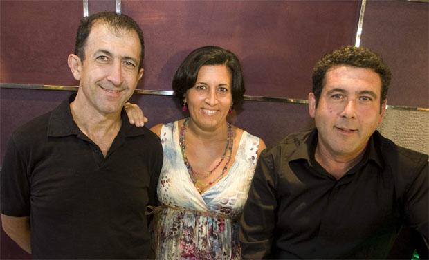 Fernando Córdoba, a la izquierda junta a sus hermanos Mayte Córdoba (El Faro) y José Manuel (Ventorrillo de El Chato) que también salen bien parados en las guías. Foto: cedida por La Voz de Cádiz