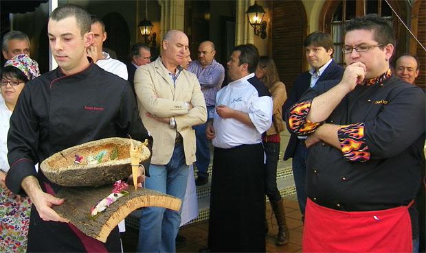 José Manuel Sánchez Marabot muestra su creación con borriquetes servidos en un plato de corcho del Parque de los Alcornocales. Foto: Cosas de Comé