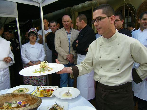El cocinero Julio Vázquez de El Campero de Barbate presenta uno de sus platos. Foto: Cosas de Comé