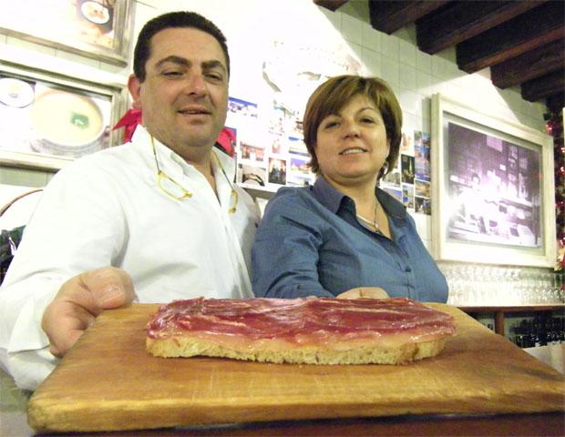 Rafael Fernández y Mamen Serrano con el famoso pan de la casa de la Bodeguilla del Bar Jamón. Foto: Cosas de Comé