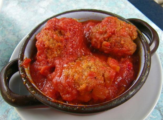 Las albóndigas que provocaron el flechazo sumergidas en tomate. Foto: Cosas de Comé