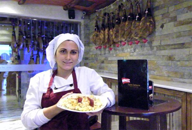 Una cocinera con uno de los revueltos de la casa. Foto: Cosas de Comé