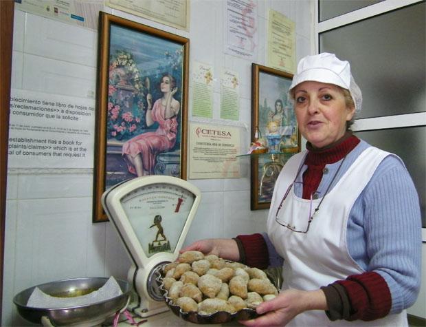 Ana de Consuelo en el despacho de su pequeño obrador de Ubrique con una bandeja de empanadillas de cidra. Foto: Cosas de Comé