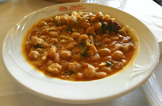 Berza de la Venta Aurelio, ejemplo de berza cremosita. El dato puede comprobarse científicamente al observar que la cremosidad de la salsa impide que el plato se manche por encima de la línea de sopeado del pan. Foto: Cosas de Comé.