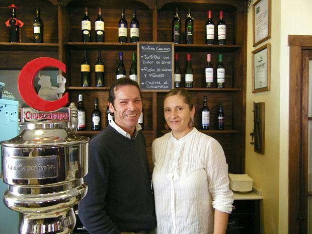 Carlos Pérz-Figuier y Blanca Santana, los nuevos taberneros de San Fernando en la barra de la Taberna El Embrujo. Foto: Cosas de Comé