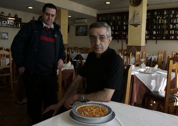 Eugenio Espinosa Morales, actual gerente de Casa Guadalete, junto a su padre Eugenio Espinosa, cocinero del establecimiento. Foto: Román Ríos. Cedida por La Voz de Cádiz.