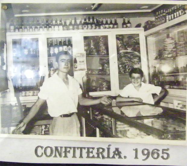 La confitería de Los Galvan en 1965 en una foto expuesta en la propia pastelería.