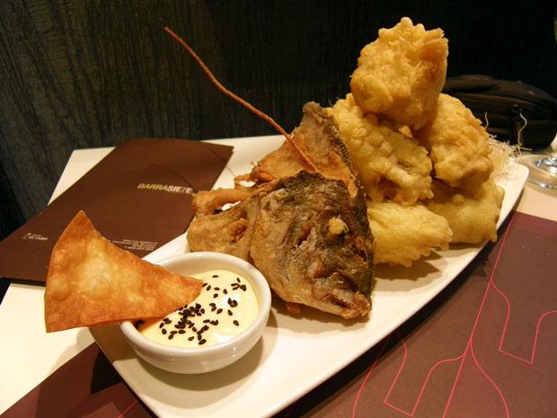 Una de las creaciones más sorprendentes de Barra Siete, su dorada en tempura. Foto: Cosas de Comé.