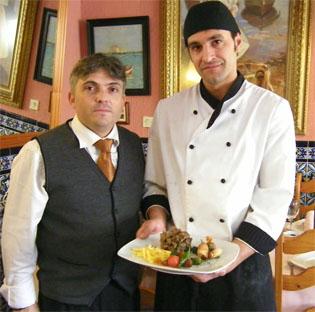 Eduardo Vélez y Manuel Ramos con el plato de rabo de toro. Foto: Cosas de Comé.