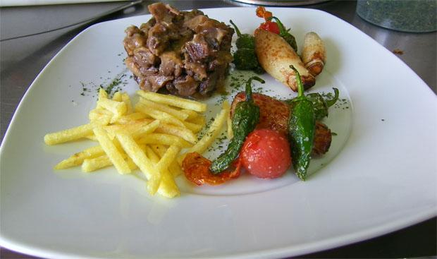 El estofado de rabo de toro de La Fondue acompañado de verduritas salteadas y patatas fritas. Foto: Cosas de Comé.