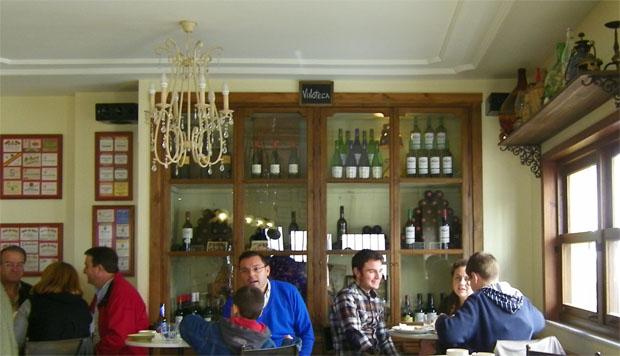 El cierro de una ventana ha sido utilizado en La Taberna para realizar la vinoteca. Foto: Cosas de Comé
