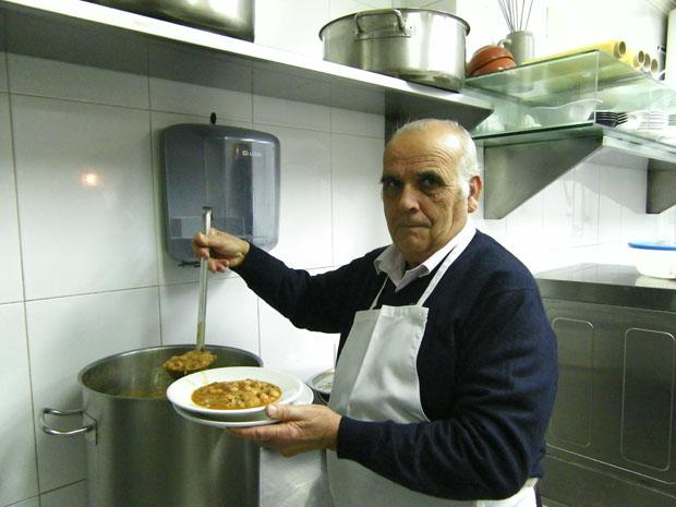 Francisco Millán saca de su impecable olla de aluminio una de sus generosas raciones de berza de la Venta Millán de Chipiona. Foto: Cosas de Comé