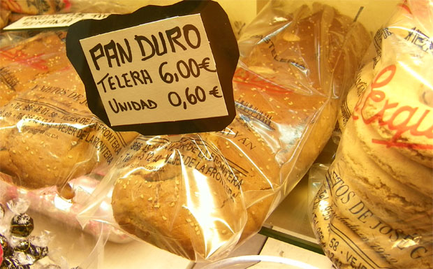 Teleras de pan duro expuestas en las vitrinas de la pastelería Galván de Vejer, también conocida como La Exquisita. Foto: Cosas de Comé.