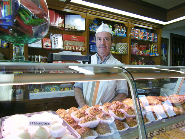 Pepe Galván, uno de los maestros pasteleros de La Exquisita, tras el mostrador de la pastelería. Foto: Cosas de Comé.