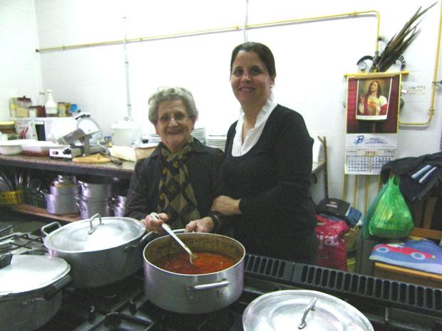 Teresa Montero y su hija María de la Encina junto a una olla de almuerzo campero en la cocina de la Venta El Soldao. Foto: Cosas de Comé