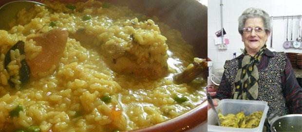 Fuente de arroz con pollo. A su lado Teresa Montero. Foto: Cosas de Comé