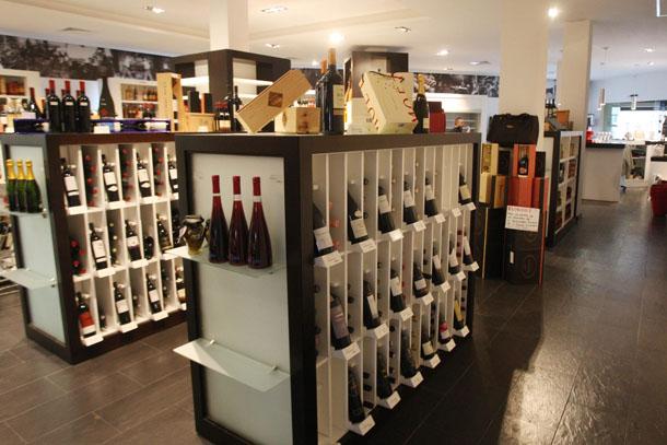 Expositores de vinos de la vinoteca de Bodegas Collado en Pueblo Nuevo de Guadiaro. Foto: Bodegas Collado