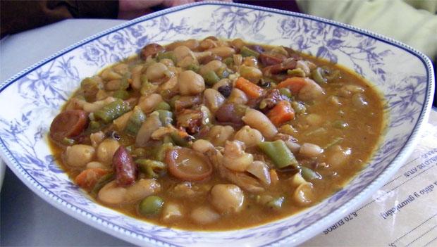 La berza gitana con habas y chicharitos que guisan las chiclaneras Gema y Carmen Alba en la Taberna El Embrujo de San Fernando. Foto: Cosas de Comé.