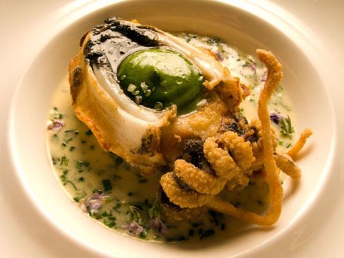 Choco guisado por Angel León. En el interior puede verse su salsa de placton marino. Foto: Cedida por el restaurante A Poniente