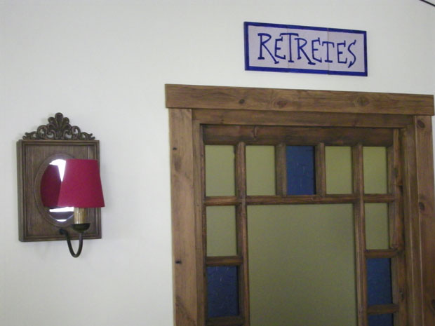 Una original manera de indicar donde están los serviciios. Foto: Cosas de Comé.