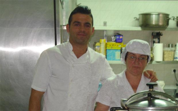 José Luis García junto a su madre Ana María Vega en la cocina de El Duque. Foto cedida por el restaurante El Duque