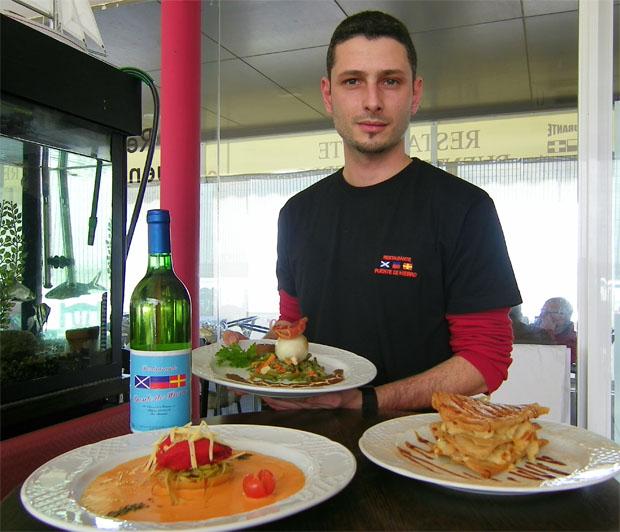 El cocinero Angel Pérez con los nuevos platos que tiene disponibles en el mes de febrero. Foto: Cosas de Comé.