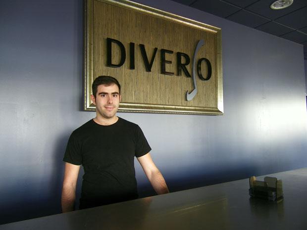 Antonio Abad en la barra de Diverso Vinos y Tapas. Foto: Cosas de Comé.