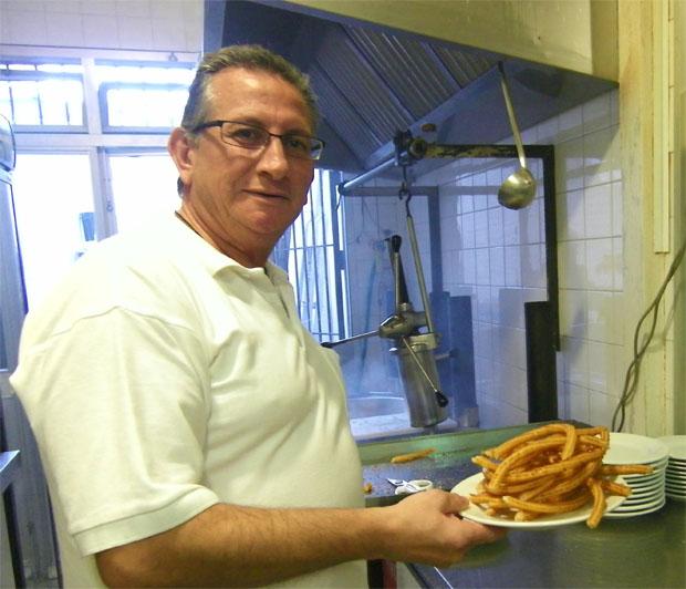 Antonio Alvarez con una ración de churros acabaía de freir. Foto: Cosas de Cojmé