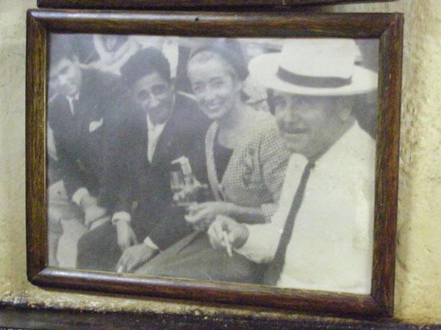 Foto existente enel bar en la que aparece (de blanco) el fundador de El Volapié, Antonio Roldán. El último por la izquierda es Luis Lara Carpio, que cogió el testigo y padre de los actuales propietarios.