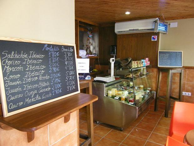 La Cafetería charcuteria Antigua Vistahermosa está especializada en chacinas y quesos. Foto: Cosas de Comé