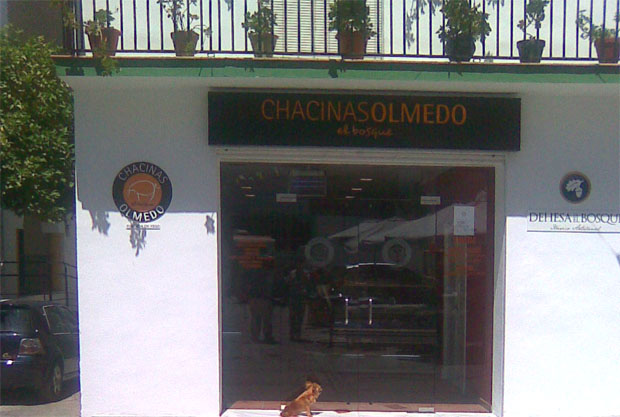Entrada de la nueva tienda de Chacinas Olmedo en el centro de El Bosque. Pueden verse los nuevos logotipos de la empresa. Foto: Cosas de Comé