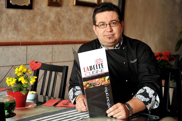 Dani Martínez en su gastrobar La Belle Cuisine. Foto: Cristobal
