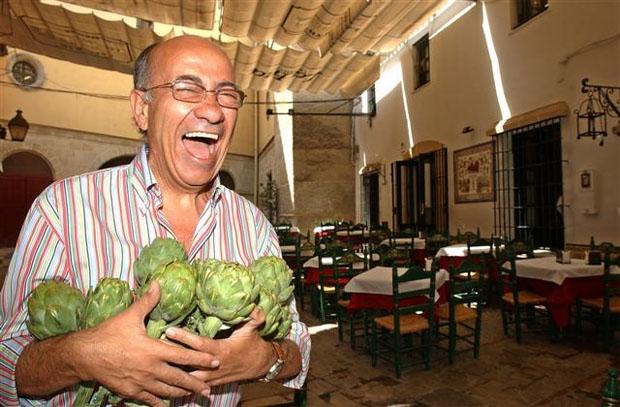 Faustino Rodríguez con unas alcachofas en la terraza del Bar Juanito. Foto: Cedida por el Bar Juanito.