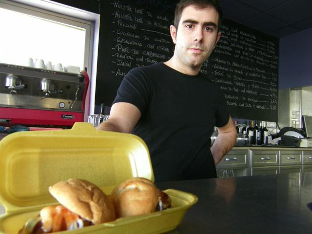 Antonio Abad Fernández con su original plato de minihamburguesas de ibéricos que presenta como si fuera un restaurante de comida rápida. Foto: Cosas de Comé