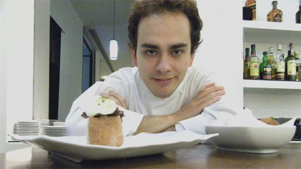 Israel Ramos con una de sus tapas en Albalá. Foto: Cosas de Comé