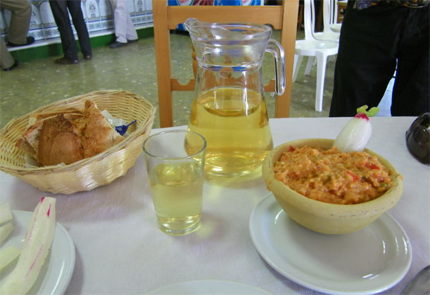 La pareja más habitual de la ruta del mosto, una jarra de vino y un plato de ajo caliente. Foto: Cosas de Comé