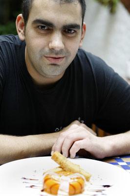 Javier Costilla Moguell, cocinero del Bar Cádiz, con su donut de salmorejo. Foto: Román Ríos