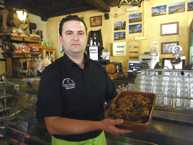 José Antonio Ortega, gerente del Bar Ortega, con una fuente de chicharrones recién hechos. Foto: Cosas de Comé