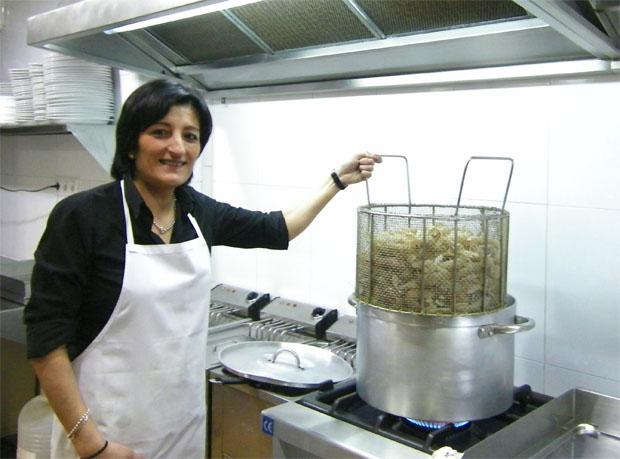 Manoli Basteiro con la cesta que contiene las galeras, a punto de introducirlas en el agua hirviendo para cocerlas. Foto: Cosas de Comé.