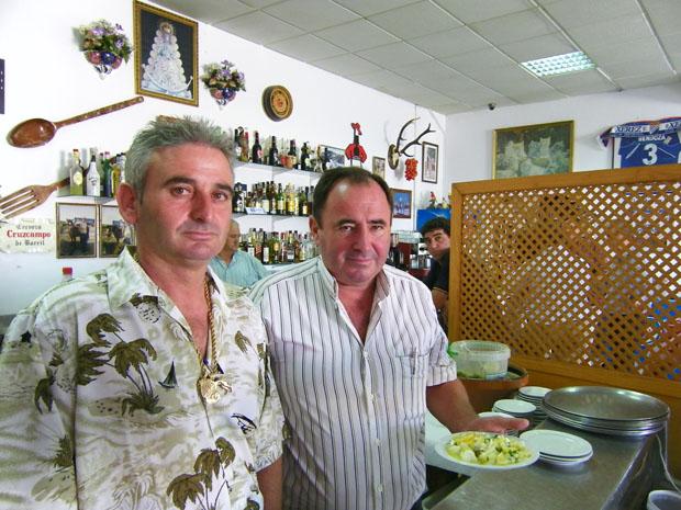 Andrés González y Domingo Puerta, del Mosto Domi, con una ración de papas aliñás. Foto: Cosas de Comé