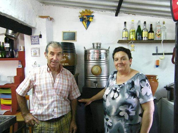 Francisco Rodriguez y María Alhambra junto al barril que contiene el mosto en la Peña Taurina La Corina. Foto: Cosas de Comé