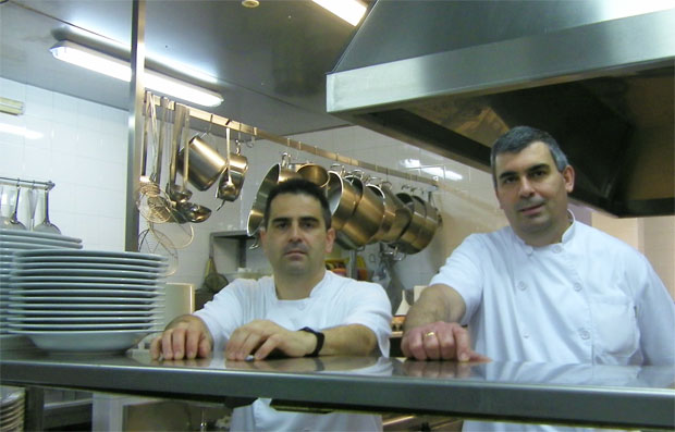 Los hermanos Pedroy Manolo Ballesteros, jefes de cocina de la Venta Esteban de Jerez y creadores del antojo. Foto: Cosas de Comé.