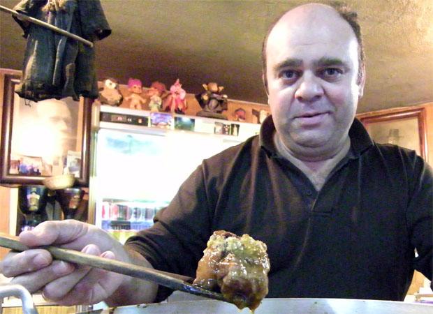 Rafael Lara con un trozo de la famosa cola de toro de El Volapié. Foto: Cosas de Comé