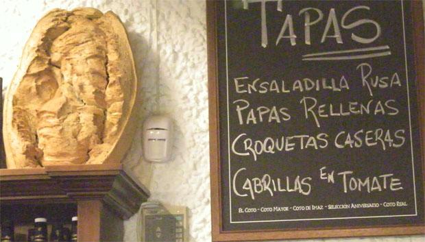 Una gran telera de La Janda junto a una pizarra donde se anuncian las tapas. Foto: Cosas de Comé