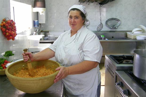 Ana María Puerta del Mosto Domi haciendo el ajo caliente en el dornillo donde lo maja a mano. Foto: Cosas de Comé