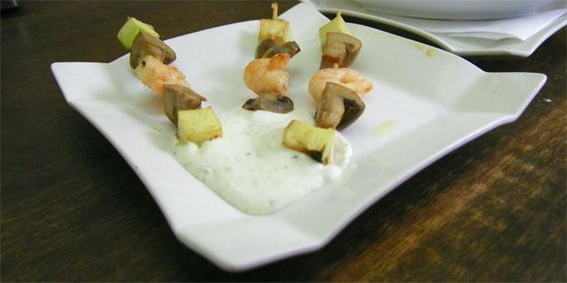 La brocheta de langostinos con calabacin y champiñón, una de las tapas nuevas del bar . Foto: Cosas de Comé