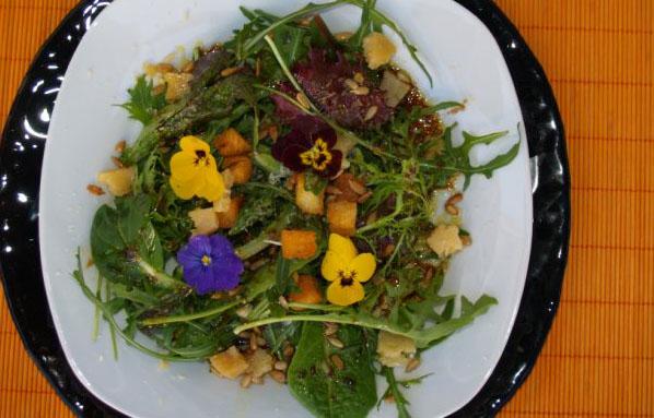 La nueva ensalada de Casa Manolo, con 15 plantas y 3 flores comestibles. Foto: Casa Manolo