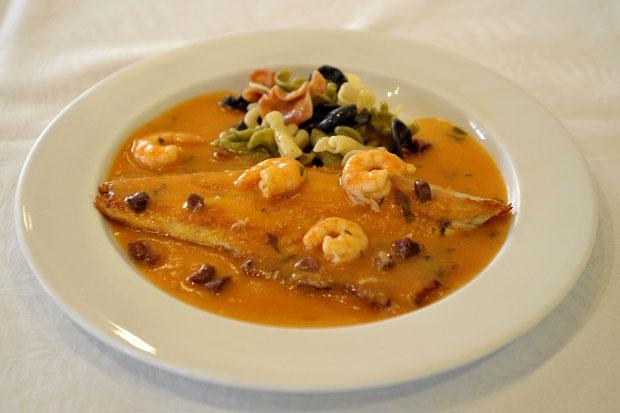 Lubina (róbalo) en salsa de jamón y langostinos de la Taberna El Loli. Con este plato han participado ya en varias rutas de la tapa. Foto: Cristobal (La Voz de Cádiz)