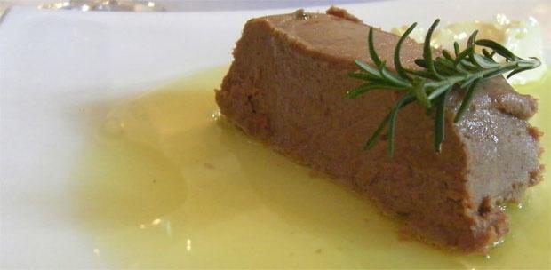 El paté de perdiz en escabeche, un plato que sirven varios restaurantes de Medina. La foto corresponde a la versión del restaurante El Duque. Foto: Cosas de Comé.
